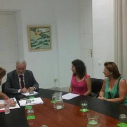 Entrega al Defensor del Menor Andaluz del compromiso colectivo en defensa a los derechos de la Infanca