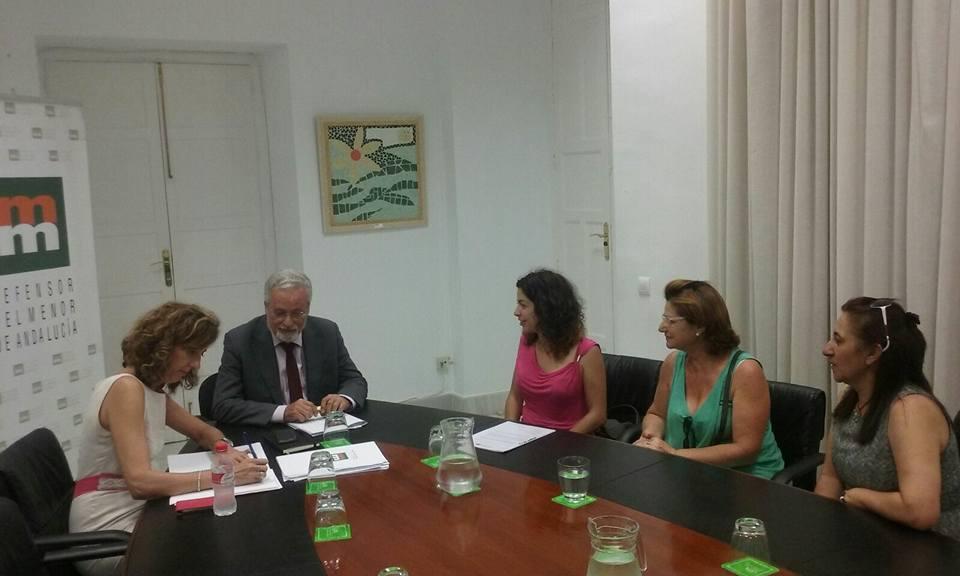 Madres de acogida representantes de las 25 familias entregan al Defensor del Menor el compromiso colectivo en defensa a los derechos de la infancia